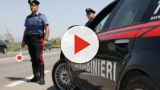 Lo fermano al posto i blocco, il padre aggredisce i carabinieri