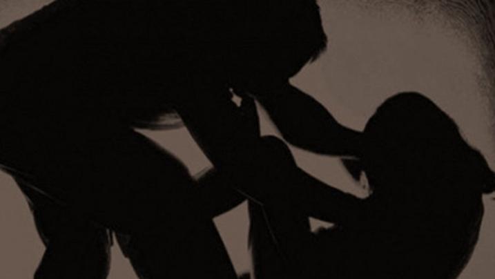 Vídeo - Adolescente da Índia é abusada por dois amigos