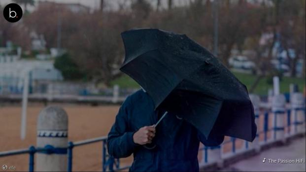 Vídeo: muere un hombre en Tarragona al quedar desequilibrado por el viento