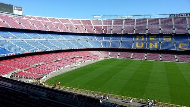 Yerri Mina pisó el césped del campo del Barça descalzo