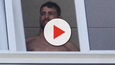 Assista: Cauã Reymond é flagrado peladão na janela