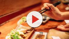 Mangia sushi ogni giorno: verme di 1 metro nello stomaco