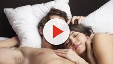 Vídeo: 8 razões pelas quais você deve dormir sem roupa toda noite