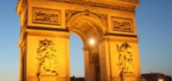 Un'immagine suggestiva della Torre Eiffel innevata