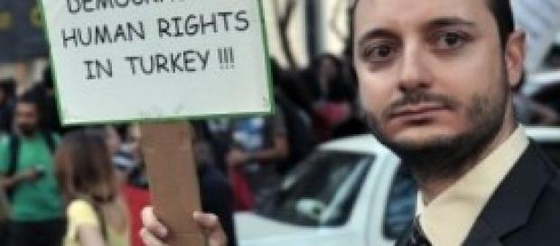 Anche la Turchia è scossa da forti tensioni.