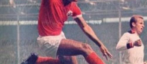 Eusebio segna con la maglia del Benfica