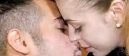 Uomini e Donne: Aldo e Alessia si baciano.
