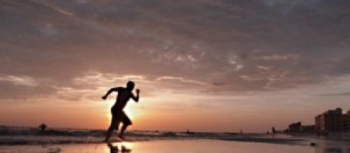 Deportista corriendo en la arena
