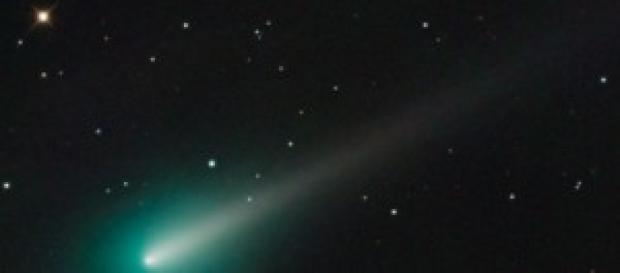 Imagen de un cometa cruzando el cielo.