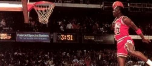 Michael Jordan demostrando cómo se vuela.