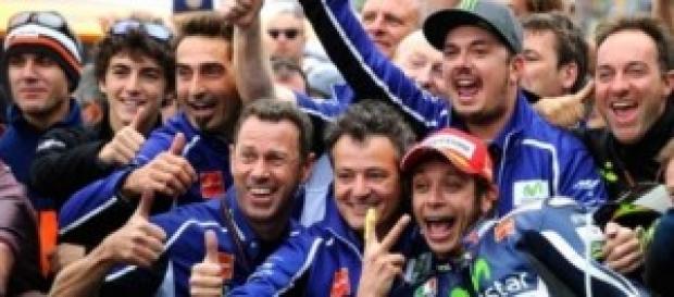 Rossi celebra la victoria con sus mecánicos
