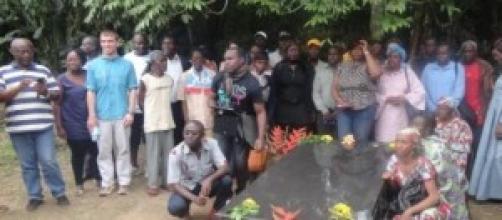 Devant la tombe de l'écrivain Mongo Béti