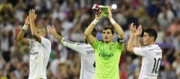 Jugadores del Madrid aplauden a su afición