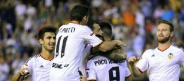 Los jugadores del Valencia celebran su tercer gol