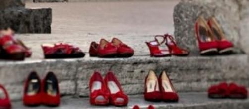 Le scarpe rosse contro i femminicidi e la violenza