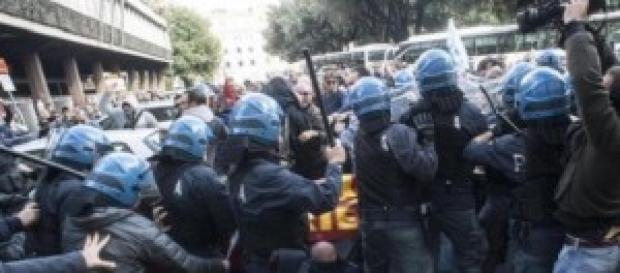 La carica della polizia alla manifestazione Ast
