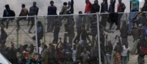 Grupo de subsaharianos encaramados al muro