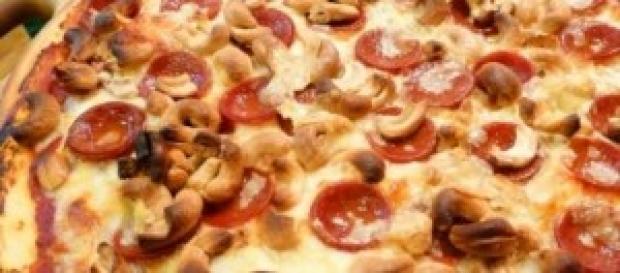 Pizza de pepperoni com castanhas de caju.