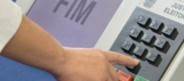 Imagem de urna eleitoral eletrônica.