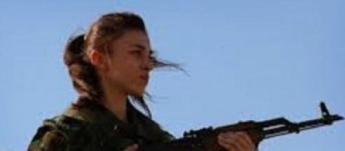 Giovane donna kamikaze anti Isis a Kobane