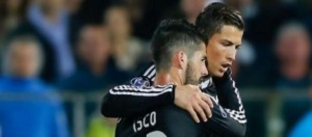 Isco y Cristiano se abrazan tras el gol