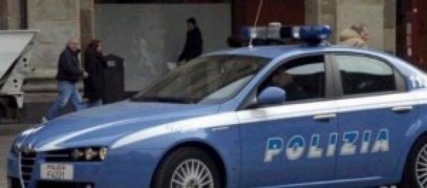 Polizia tratta con uomo chiuso in casa con fucili