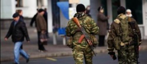 Separatistas Pró-russos nas ruas de Donetsk
