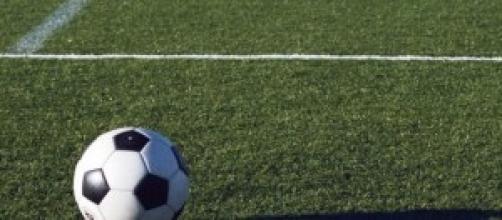 Un pallone da calcio in un campo di Lega Pro