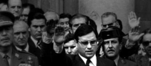 El exministro Martín Villa saludando