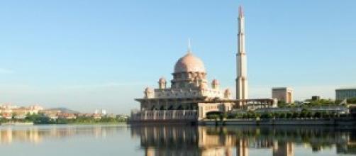 Moschea di Putra sulle rive del lago