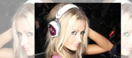 Paris Hilton recibe el premio como mejor DJ.