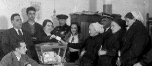 Mujeres ejerciendo su derecho al voto
