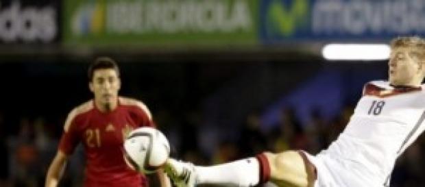 Kroos controlando el balón en un España-Alemania.