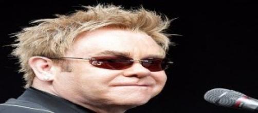 Elton John a sus 67 años aún despierta pasiones.