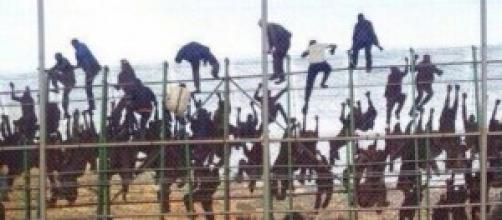 Inmigrantes saltando la valla fronteriza