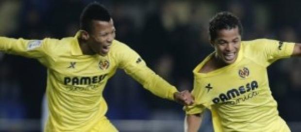 Giovanni Dos Santos y Uche celebrando un gol