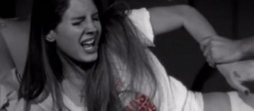El plato fuerte del video donde Lana es 'violada'.