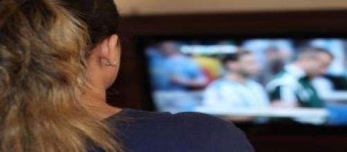 Mulher assistindo televisão.