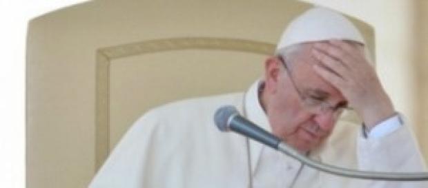 Papa Francesco assorto nei pensieri