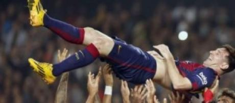 Messi celebra con sus compañeros su segundo gol