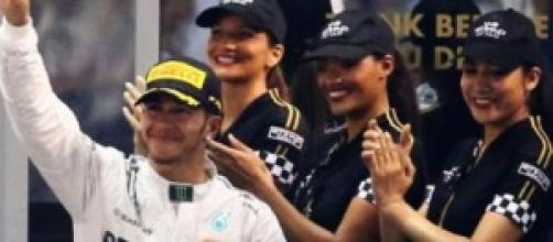 O piloto britânico vence o seu 2º título mundial.