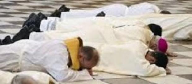 El arzobispo de Granada se postra pidiendo perdón.