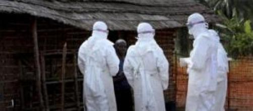 Intervento medico in villaggio affetto da Ebola