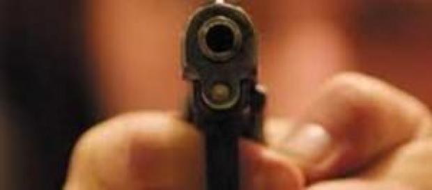 Bimbo di 3 anni spara la madre con pistola.