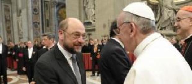 Papa Francesco stringe la mano a Shulz
