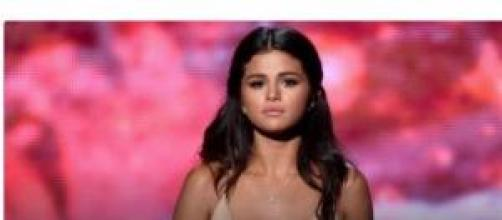 Selena Gómez se emociona durante la actuación