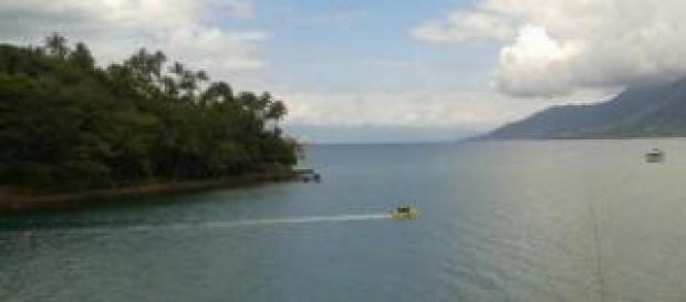 Botes levam turistas para praticar mergulho