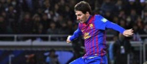 Messi conduciendo el balón tras un regate
