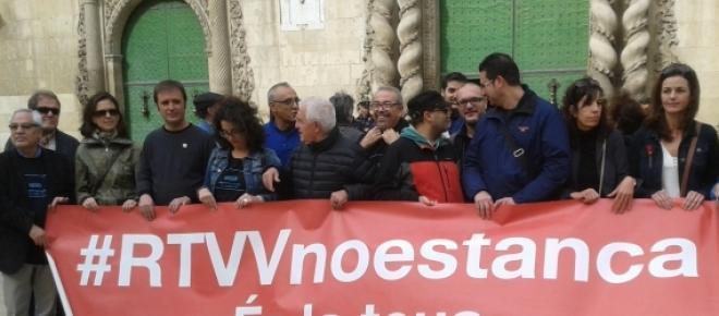 Extrabajadores de Canal 9 este viernes ante las puertas del Ayuntamiento de Alicante