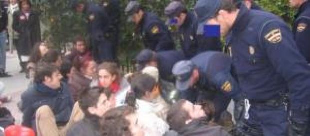 Policías amenazando a jóvenes pacíficos